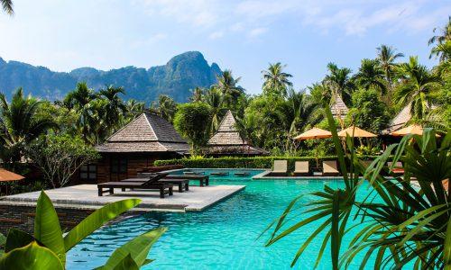 Hotelpool umgeben von Palmen